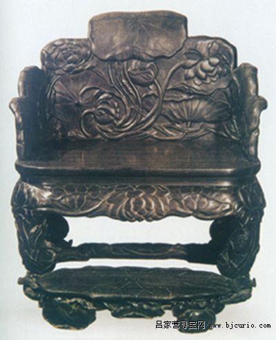 整个宝座上的荷花以及荷叶都采用了写实的手法,无论花叶的向背俯仰
