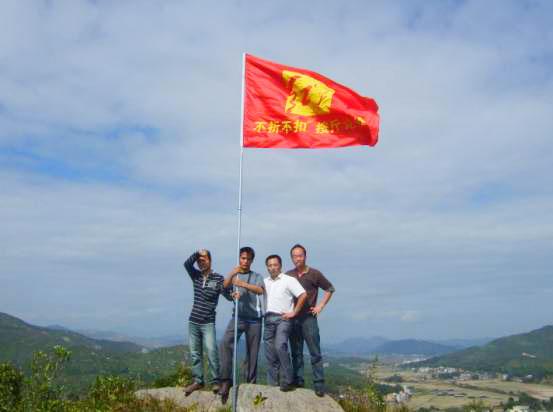 """连天红旗帜""""进驻""""各旅游景区至高点"""
