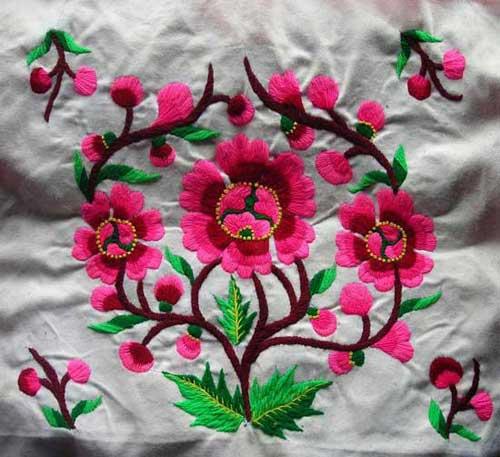 羌族刺绣题材大都反映现实生活中的自然生物,如花草,瓜果,动物及人物