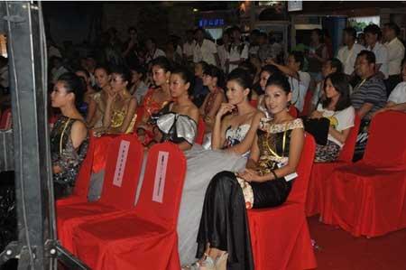 美女模特在台下观看表演