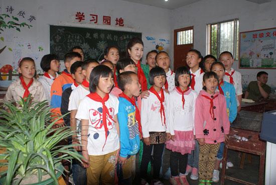 刘媛媛教孩子们演唱新歌《我的中国梦》