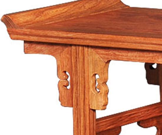 中式家具有着其独特的美丽,而牙板与牙嘴则为这美丽增色不少。以椅子为例,牙板作构件占据了大部分,有券口牙子,刀把耳朵,壸门结构,构成了椅子下半部的装饰格调。由于牙板易于变化,能满足不同层次的需求。自明代以来,在圈椅、官帽椅、灯挂椅中,牙板都无处不在,甚至橱、柜、桌类等家具上也大量运用了牙板装饰风格,形式也有很多种,比如光素的,带花纹雕刻的,镂空的,攒拐子的等等不一而足。