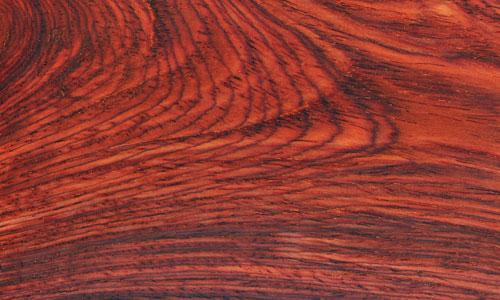 微凹黄檀与老挝红酸枝同属于红酸枝木类,新切面为橘红色,久则变深,变深后的颜色与老挝红酸枝的颜色非常接近,其颜色喜庆,木质、颜色、纹理均和老挝红酸枝类似(市面上经常有人用微凹黄檀冒充老挝红酸枝)。